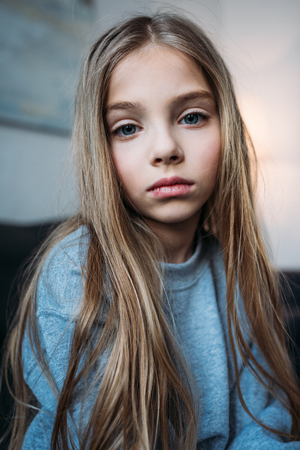 Porträt des nachdenklichen kleinen Mädchens in den Pyjamas , die Kamera betrachten Standard-Bild - 80649227