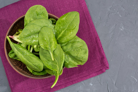 fresh green spinach leaves in bowl on napkin Banco de Imagens