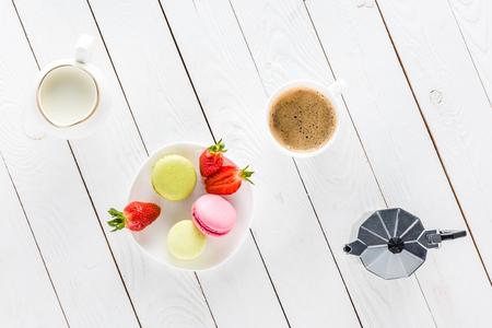 Vista superior de macarons con café y fresas en la mesa de madera Foto de archivo - 80724282