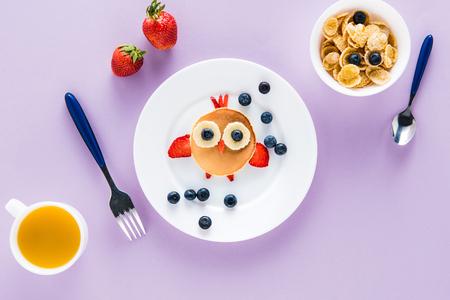 창의적으로 스타일 된 어린이 아침 다채로운 탁상에 평면 누워 스톡 콘텐츠