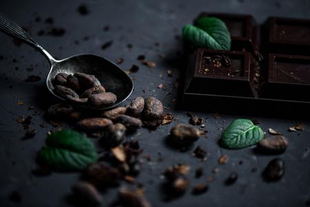 チョコレート ・ バーとカカオ豆とミントの葉をスプーンのクローズ アップ 写真素材 - 80724736