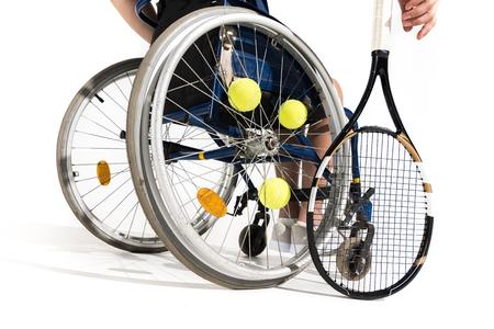 gedeeltelijke mening van de zitting van de tennisspeler in rolstoel die op wit wordt geïsoleerd