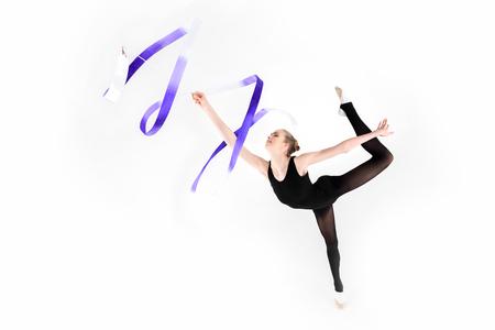 Junge Frau, die Gymnastik mit dem Band lokalisiert auf Weiß tut Standard-Bild - 80817396