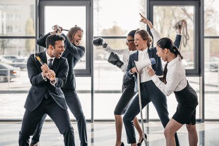 叫んで、オフィスで口論の若い多文化ビジネス チーム