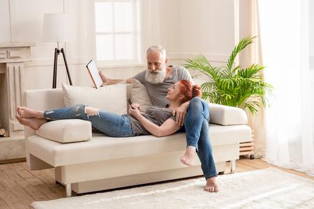 volwassen paar samen tijd doorbrengen en het gebruik van digitale apparaten thuis