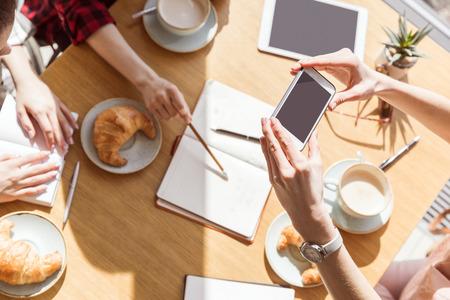 Vue aérienne de jeunes femmes assis à la pause café avec appareils numériques Banque d'images - 80921732
