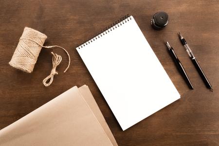 Füllfederhalter, Zeichenalbum und Wasser bürsten Stift auf Holztisch Standard-Bild - 80921995