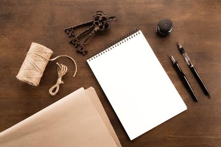 Draufsicht des Füllfederhalters, des Zeichnungsalbums, der Wasserbürstenfeder, der Tinte und der alten Schlüssel Standard-Bild - 80922002