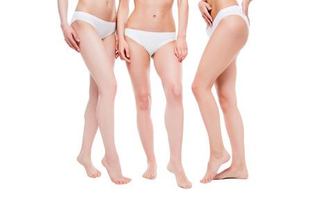 Donne in biancheria intima bianca in posa isolato su bianco