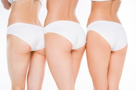 Donne in biancheria intima bianca che presentano isolato su bianco