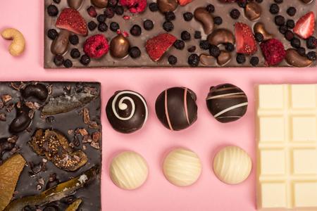 plat leggen met diverse chocoladerepen met fruit en noten en snoepjes