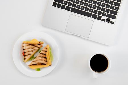Hoogste mening van sandwiches met tomaten in lunchdoos, notitieboekje met pen Stockfoto