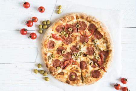 様々 な新鮮な食材と自家製イタリアのピザの平面図 写真素材