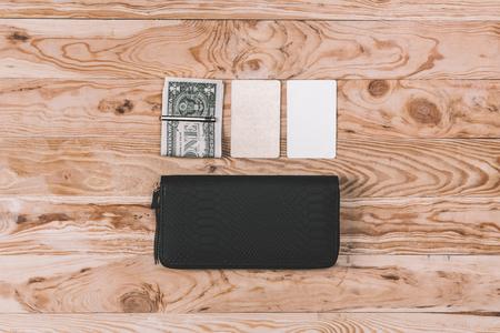 ドルと白紙のノートとクラッチ バッグのトップ ビュー