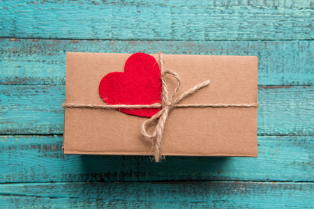 Top view of gift box with red heart on the top on wooden surface Stok Fotoğraf - 81317046