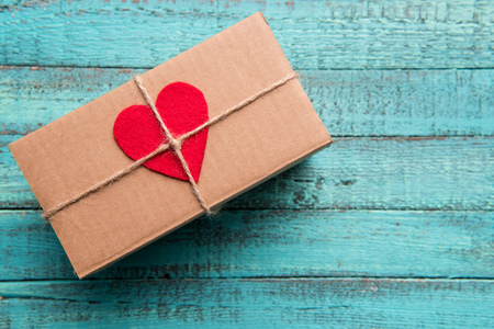 Top view of gift box with red heart on the top on wooden surface Stok Fotoğraf - 81316626