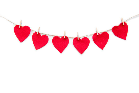 Rood hart papier gesneden decoraties opknoping op wasknijpers geïsoleerd op wit