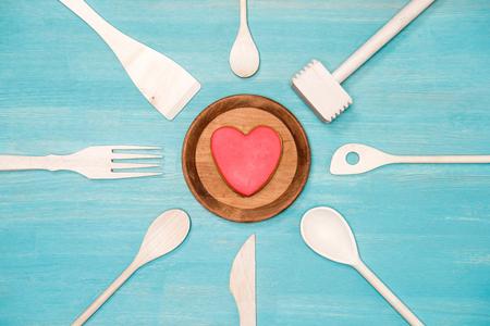 utensilios de cocina: vista superior de varios utensilios de cocina de madera con el símbolo del corazón en la placa