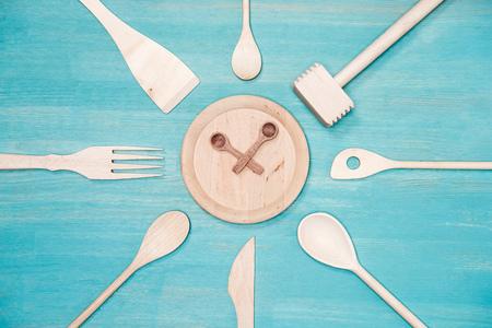접시에 시계 기호로 다양 한 나무 주방 용품의 상위 뷰
