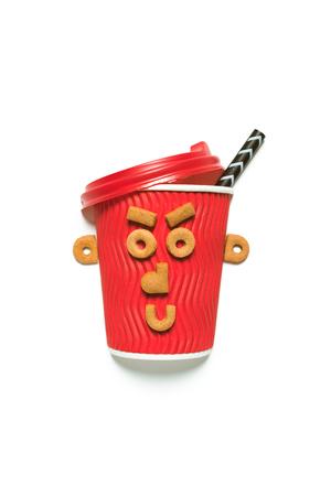 Vue rapprochée de la tasse à café jetable rouge avec un visage drôle fait de biscuits Banque d'images - 81318083