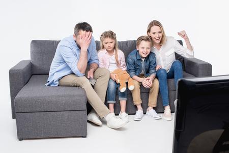 소파에 앉아서 함께 TV를 시청하는 가족 스톡 콘텐츠 - 82041697