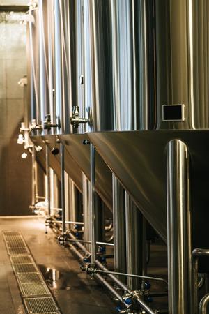Moderne brouwerijapparatuur met roestvrijstalen tanks voor het gistingsbier Stockfoto - 82184892