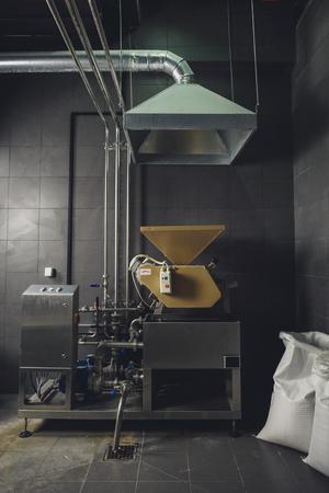 Equipo industrial con bolsas de granos en la cervecería Foto de archivo - 82184906