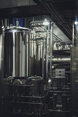 Moderne brouwerijapparatuur met pijpen en gisttank Stockfoto - 82184931