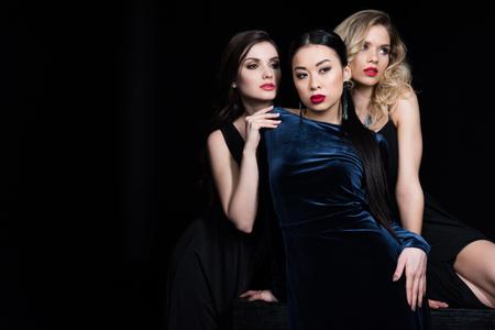 Glamour femmes multiethniques posant aux robes de soirée sombre Banque d'images - 82192929