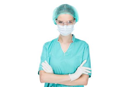 chirurg in medische masker staande met armen gekruist geïsoleerd op wit