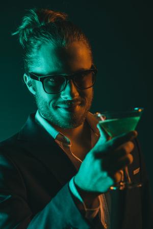 若者スタイリッシュなカクテルと笑顔とガラス