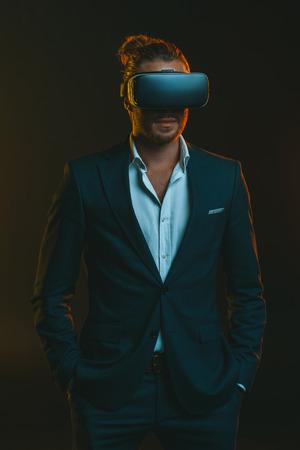 仮想現実のヘッドセットを使用してスーツを着た男