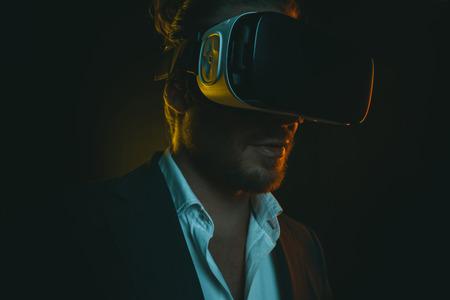 仮想現実のヘッドセットを使用してスタイリッシュな若者