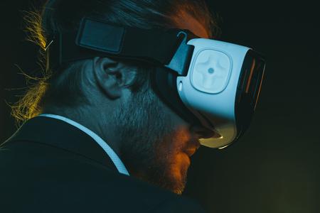 Jeune homme utilisant le casque de réalité virtuelle Banque d'images - 82192410
