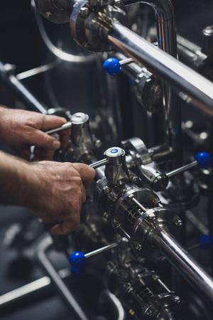 Brewer trabajando con equipos industriales Foto de archivo - 82277614
