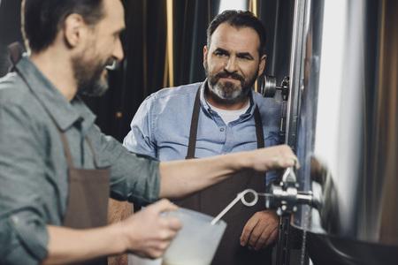 destilacion: Cervecería, trabajador, Verter, cerveza Foto de archivo