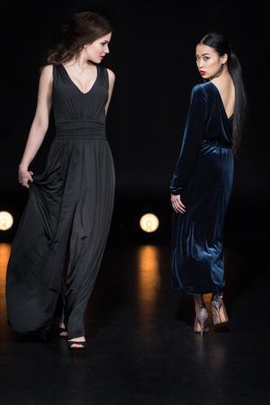 Frauen mit hellen Make-up in stilvollen Maxikleidern, die zusammen gehen Standard-Bild - 82277680
