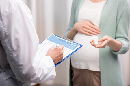 arts die zwangere vrouwenklachten opschrijft tijdens medisch overleg