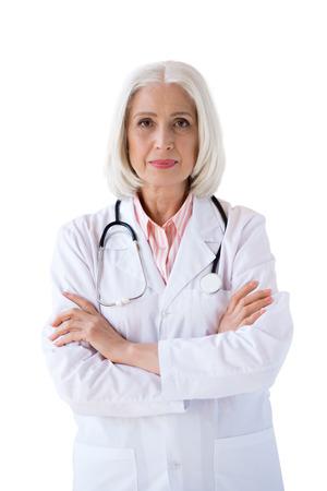 vertrouwen senior arts kijken camera met gekruiste armen