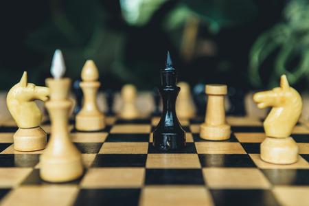 흑인과 백인 체스 체스 보드에 수치. 검은 주교 그림에 선택적 초점