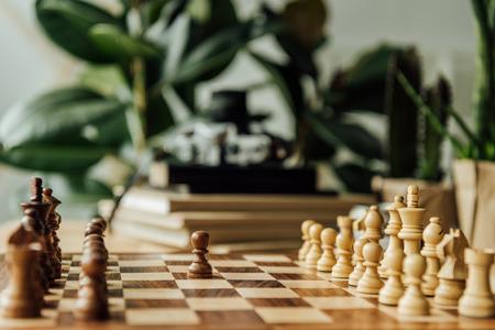 チェスボード ゲームを開始する準備ができて上の白と黒のチェスの駒