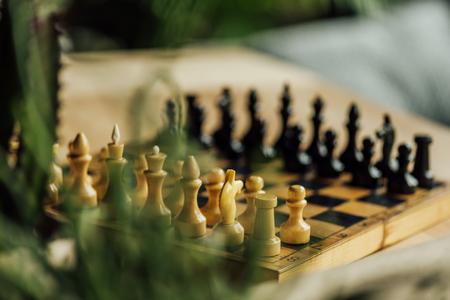 古いチェス盤、テーブルの新しいゲームのセットします。選択と集中