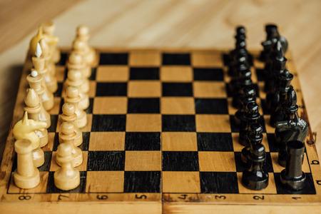 古いチェス ボードは自宅で新しいゲームの設定