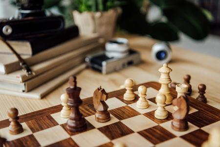 自宅でゲーム中にチェス フィギュアとチェス盤 写真素材