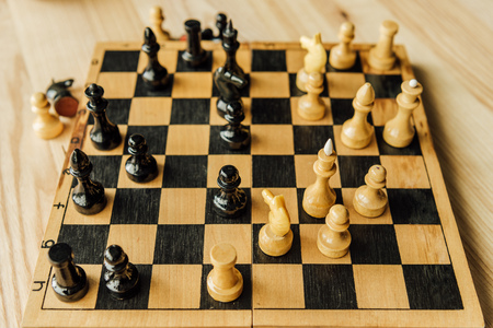 ゲーム中にチェス盤の黒と白のチェスの駒