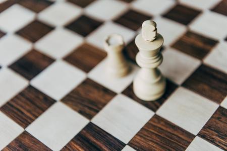 チェスボード上の白いチェス王と城図 写真素材