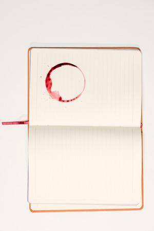 레드 와인 얼룩이 빈 노트북 스톡 콘텐츠