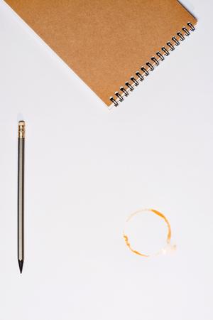 화이트 절연 연필과 커피 얼룩이 노트북