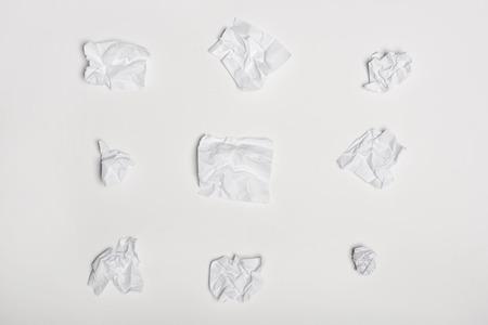 widok z góry zmiętych białych kartek papieru