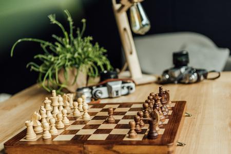 チェスの駒板ビンテージ カメラでゲームを開始する準備ができて